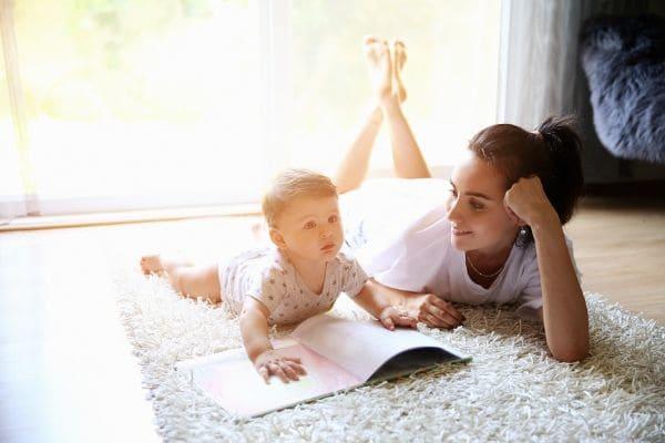 お母さんが赤ちゃんと絵本を読んでいるところ
