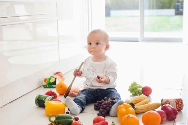 野菜に囲まれた赤ちゃん