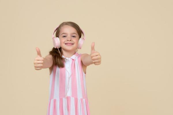 曲を聴く子ども