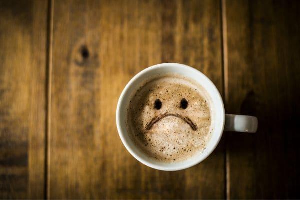 悲しい顔のコーヒーカップ