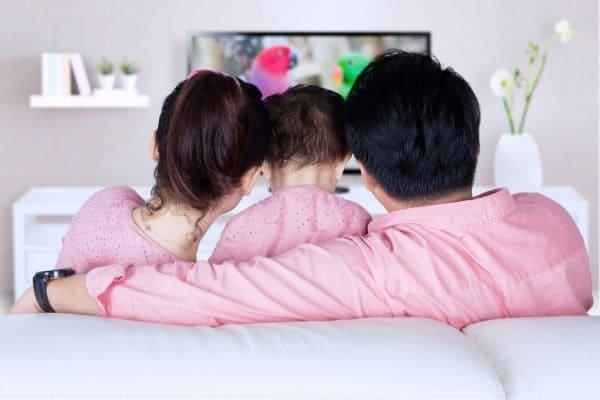 親子で動画を見る