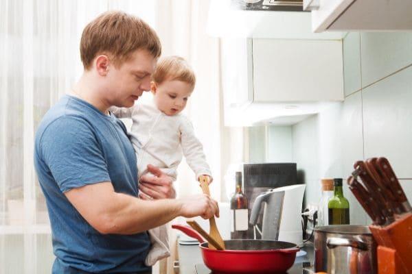 料理を作るお父さんと赤ちゃん