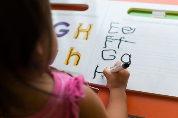 英語を書く子ども