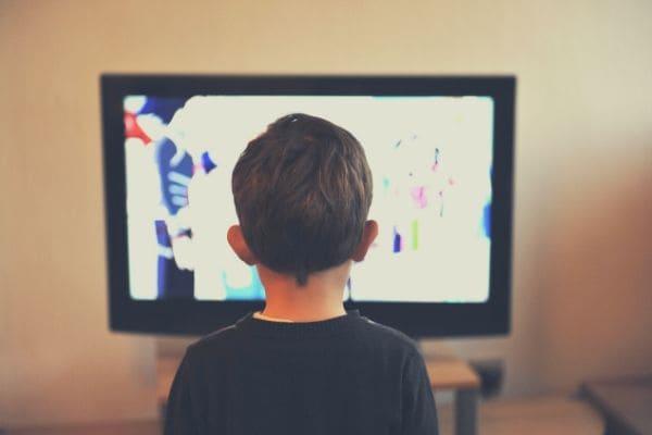 TVを見る子ども