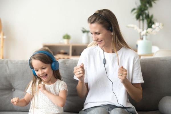 親子でノリノリで音楽を聴く