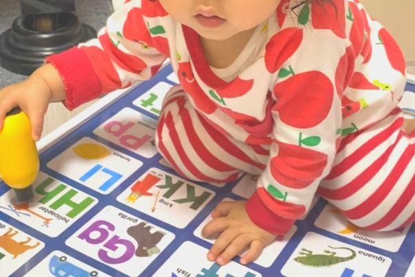 フォニックスポスターで遊ぶ子ども
