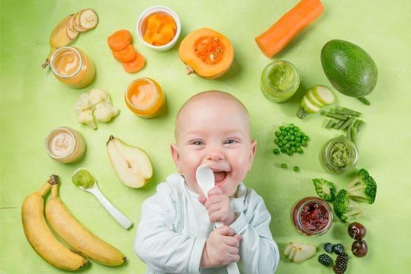 食材に囲まれる赤ちゃん