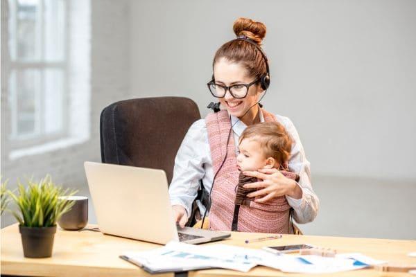 子育てしながら働く女の人