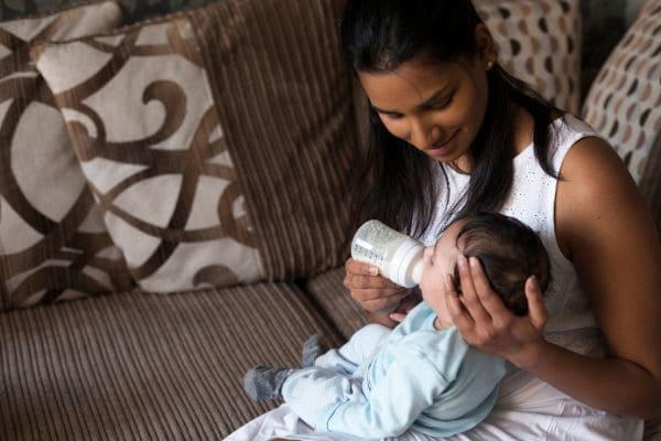 赤ちゃんにミルクをあげるお母さん