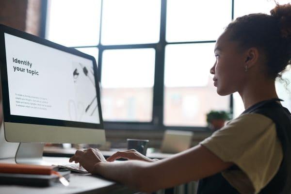パソコンに向かって勉強する女性