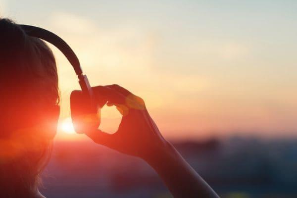 イヤフォンで音楽を聴く人