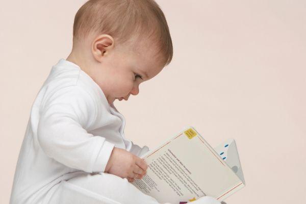 絵本を読む赤ちゃん