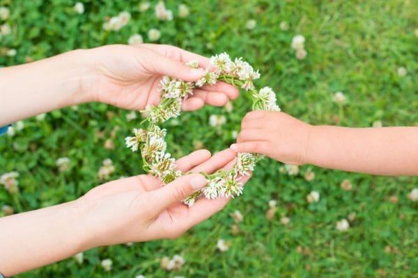 親子の手と花輪