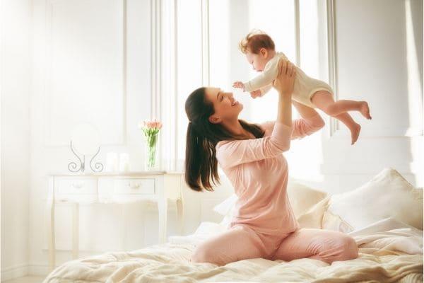 お母さんに高い高いしてもらっている赤ちゃん