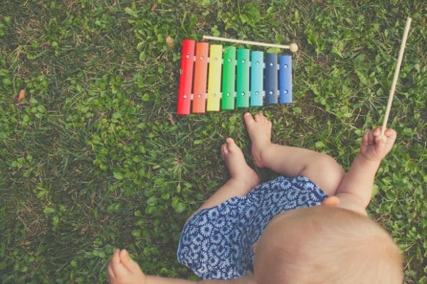 木琴をたたく赤ちゃん